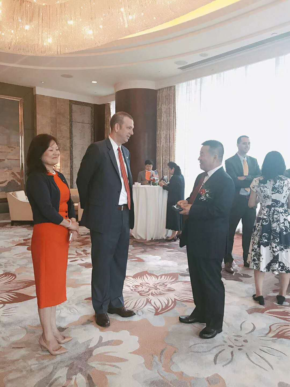 7月6日 董事长应邀出席美国驻沈阳总领馆美国独立日庆祝活动。与总领事梅儒瑞先生亲切交流